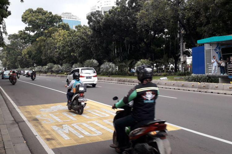 Pengendara sepeda motor mematuhi aturan untuk berjalan di lajur kiri saat melintasi ruas jalan MH. Thamrin - Medan Merdeka Barat, Jakarta Pusat pada Senin (5/2/2018).