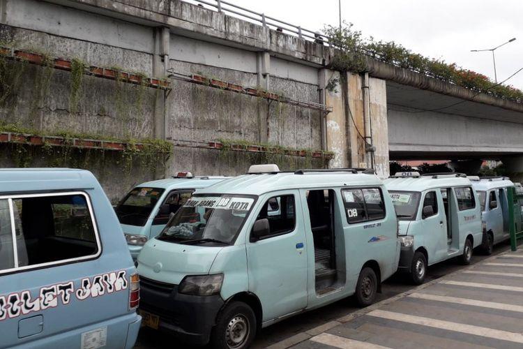 Antrian angkot nomor trayek M 08 jurusan Tanah Abang - Kota mengantri untuk berangkat dari Jl. Jatibaru Bengkel - kolong flyover Stasiun Tanah Abang Lama pada Senin (5/2/2018).