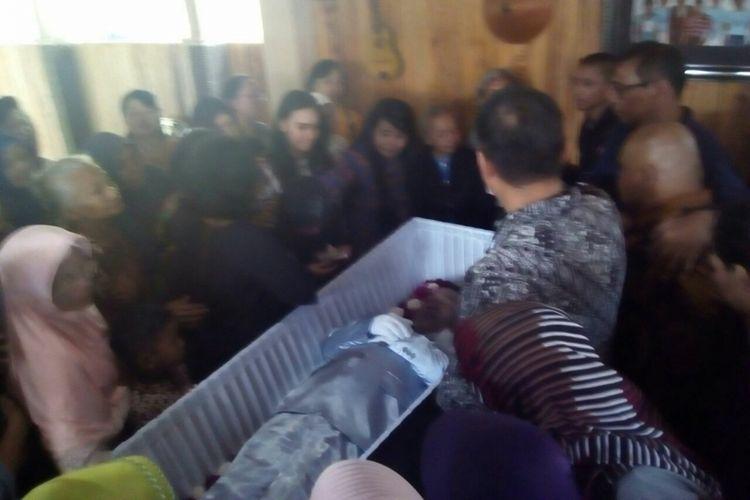 Pelayat berdoa di depan jenazah komedian Gareng Rakasiwi, Jumat (9/2/2018).