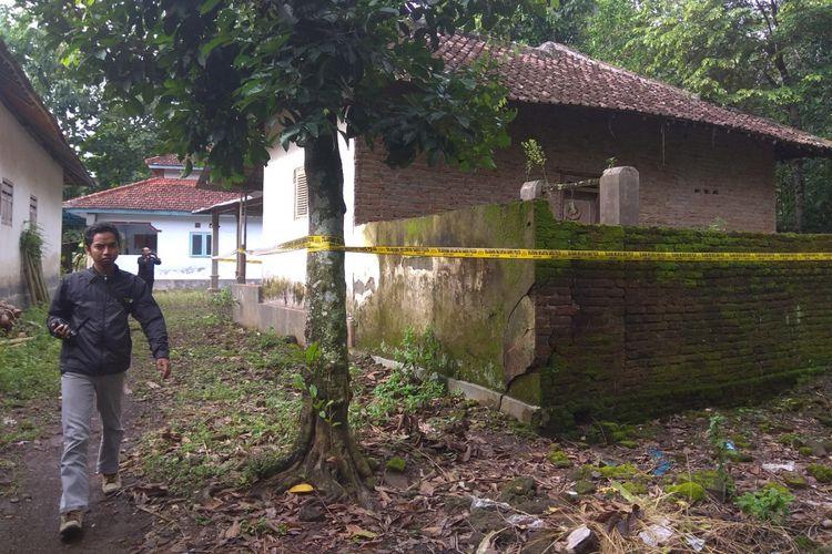 Bagian belakang rumah Rizal yang digeledah Densus 88 di Dusun Rejosari, Desa Benculuk, Senin (12/2/2018).