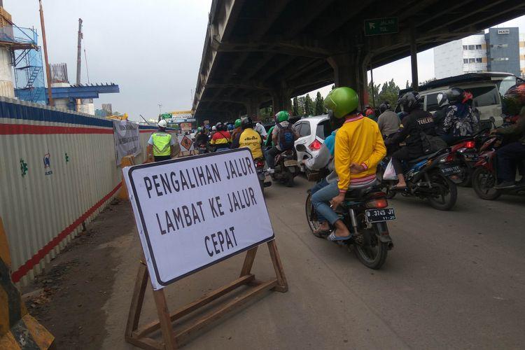 Jalur lambat di DI Panjaitan, Jakarta Timur, mulai ditutup imbas Tol Becakayu, Rabu (13/2/2018)