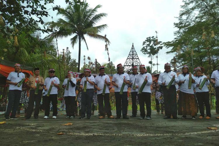 Para paslon Pilkada Jateng memukul kentongan serta berpuisi menyampaikan pesan Pilkada damai di Taman Lumbini, Candi Borobudur, Magelang, Jawa Tengah, Rabu (14/2/2018).