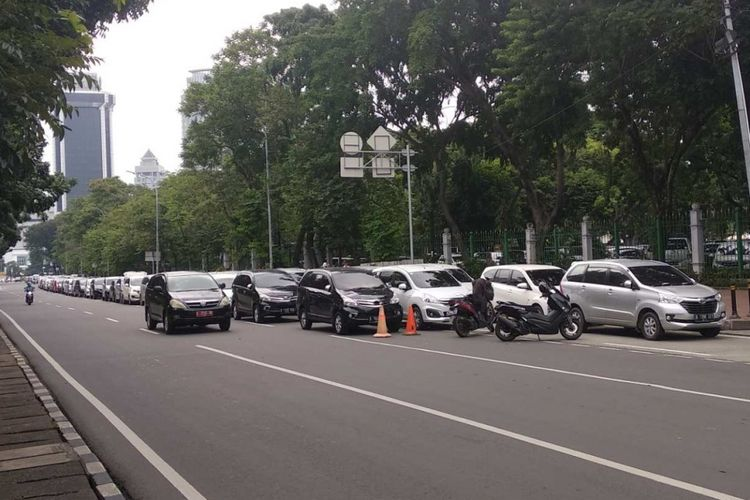 Mobil taksi online parkir di Jalan Medan Merdeka Selatan, Rabu (14/2/2018).