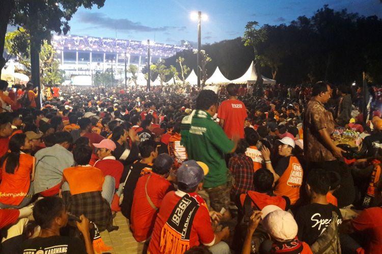 Ribuan The Jakmania memadati area layar raksasa di Plaza Timur Gelora Bung Karno, Sabtu (17/2/2018)