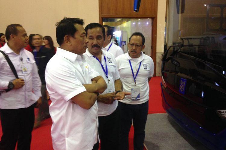 Jenderal TNI (Purnawirawan) Moeldoko, Kepala Staff Kepresidenan (KSP) bersama bus listrik PT Mobil Anak Bangsa yang digagasnya.