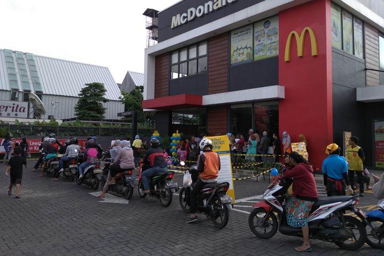 Antrean panjang saralan gratis di McDonalds Ottista, Jakarta Timur, Senin (12/3/2018)