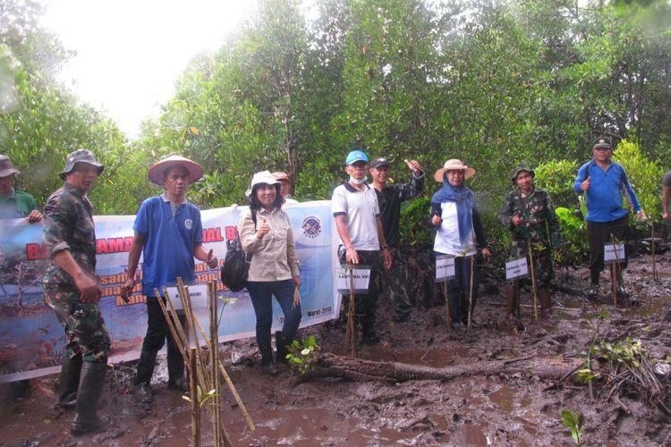 Kegiatan Pengkayaan Mangrove berupa penanaman dan pembibitan di Pulau Mantehage, Taman Nasional Bunaken, Sabtu (24/3/2018).
