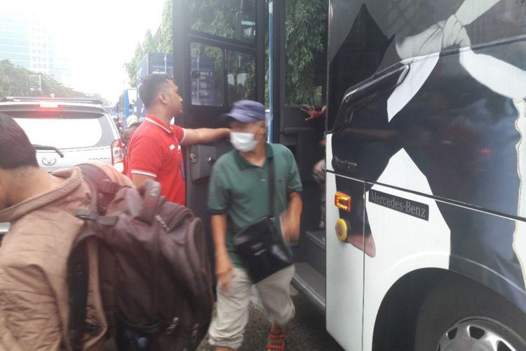 Penumpang bus Transjakarta memilih turun di tengah perjalanan guna memghindari kemacetan di Jalan Bypass Yos Sudarso, Jakarta Utara, Selasa (27/3/2018).