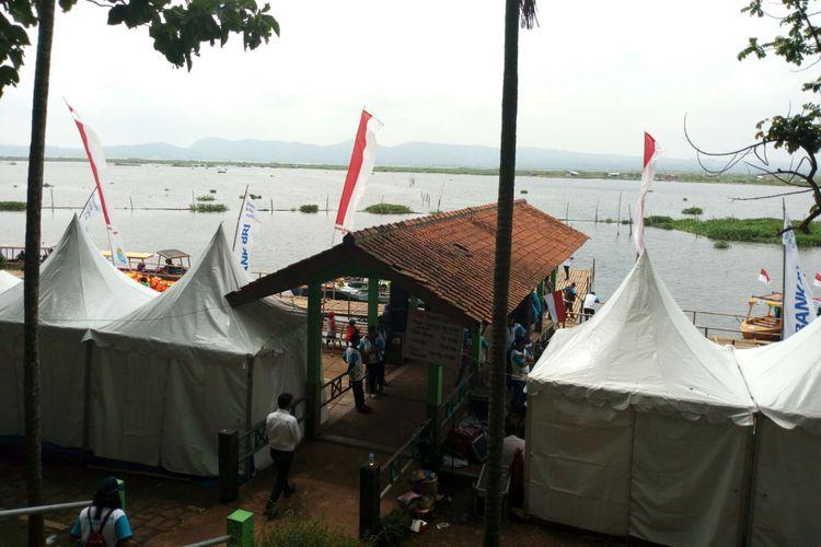 Pemandangan danau Rawapening dilihat dari Bukit Cinta, Banyubiru, Kabupaten Semarang.