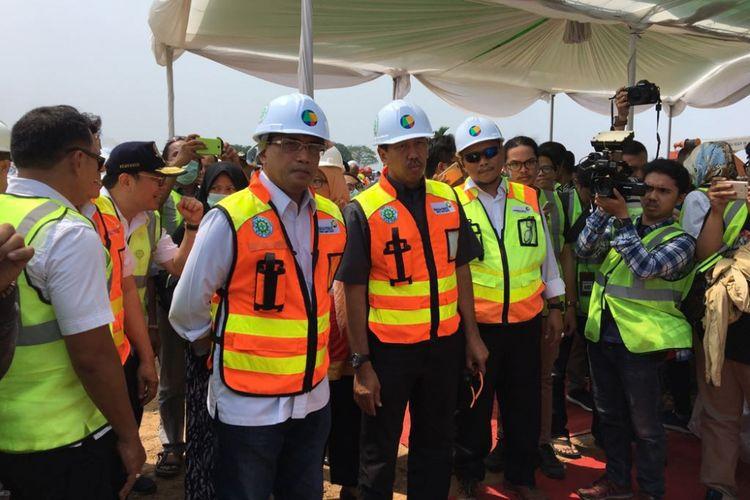 Menteri Perhubungan Budi Karya Sumadi saat meninjau proyek east cross taxiway di Bandara Soekarno-Hatta, Tangerang, Minggu (15/4/2018).