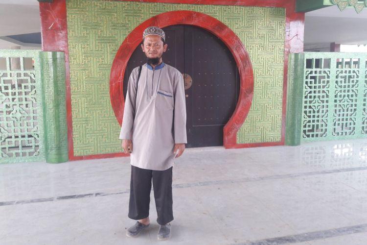 Muntaha, penjaga masjid Babah Alun, masjid bergaya oriental yang berada di kolong Tol Pelabuhan, Warakas, Jakarta Utara.