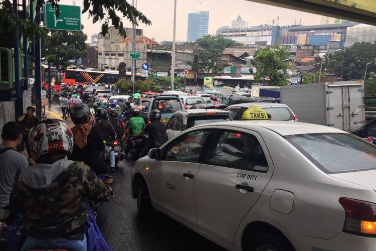 Kemacetan mengular dari Jalan KS Tubun menuju Pasar Tanah Abang, Jakarta Pusat. Pengendara bahkan membutuhkan waktu 30 menit hingga 1 jam hanya untuk menuju kawasan Pasar Tanah Abang, Rabu (18/4/2018).