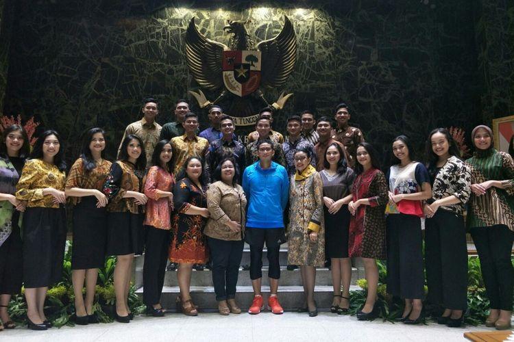 Wakil Gubernur DKI Jakarta Sandiaga Uno bersama finalis Abang None di Balai Kota DKI Jakarta, Jalan Medan Merdeka Selatan, Sabtu (21/4/2018).