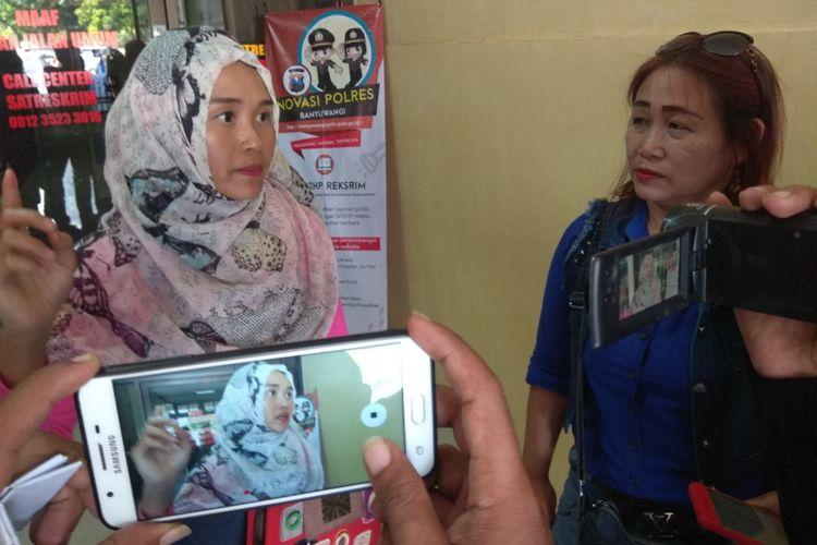 Zemy (berjilbab) dan Endang, korban dari penipuan Arisan Mama Gaul saat berkunjung di Polres Banyuwangi Selasa (24/4/2018)