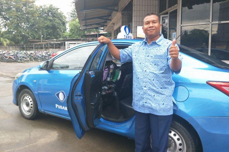 Sopir taxi Bluebird, Fachruroji menyediakan minuman, permen dan perlengkapan lainnya untuk penumpangnya. Foto diambil di pool Blue Bird, Kelapa Gading, Jakarta Utara, Selasa (24/4/2018).