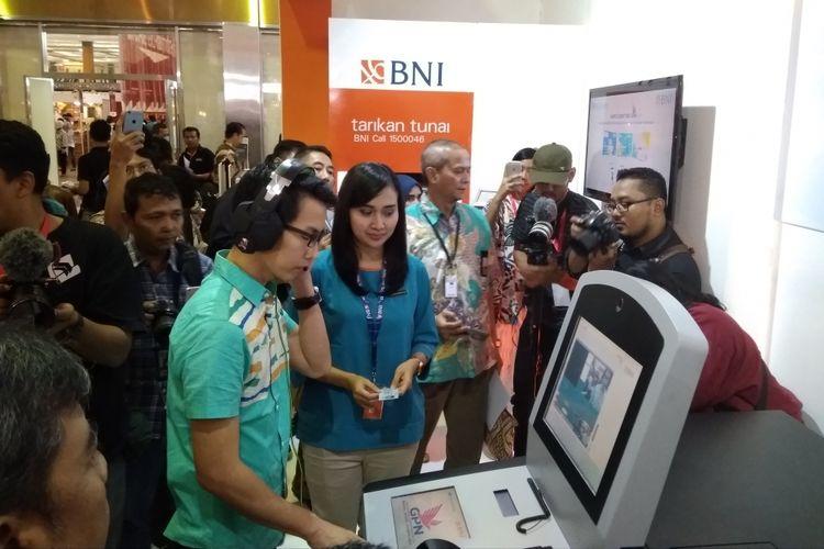 Nasabah BNI mencoba mengaktifkan kartu debit BNI berlogo GPN di acara Inacraft 2018, Jumat (27/4/2018).