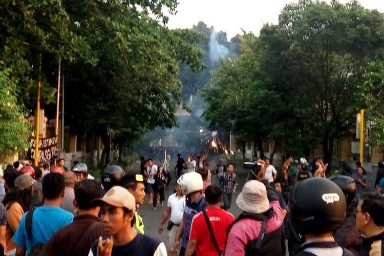 Kericuhan saat aksi demo buruh di jalan Jogja-Solo, tepatnya di simpang tiga UIN Sunan Kalijaga, Yogyakarta, Selasa (1/5/2018).
