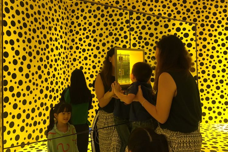 The Spirits of The Pumpkins Descended Into The Heaven dalam pameran seni Yayoi Kusama: Life Is The Heart of A Rainbow pada 12 Mei-9 September 2018 di Museum MACAN, Jakarta, Rabu (9/5/2018).