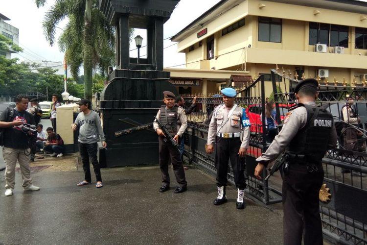 Pengamanan ekstra ketat diberlakukan aparat kepolisian di depan pintu masuk Polda Maluku, Senin (14/5/2018).