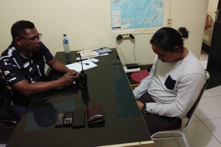 Pemilik 80 kg batu cinabar saat menjalani pemeriksaan oleh penyidik Ditreskriimum Polda Maluku, Jumat (17/5/2018)