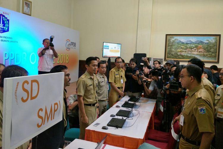 Gubernur DKI Jakarta Anies Baswedan meninjau posko pengaduan PPDB online di SMKN 1 Jakarta, Senin (28/5/2018).