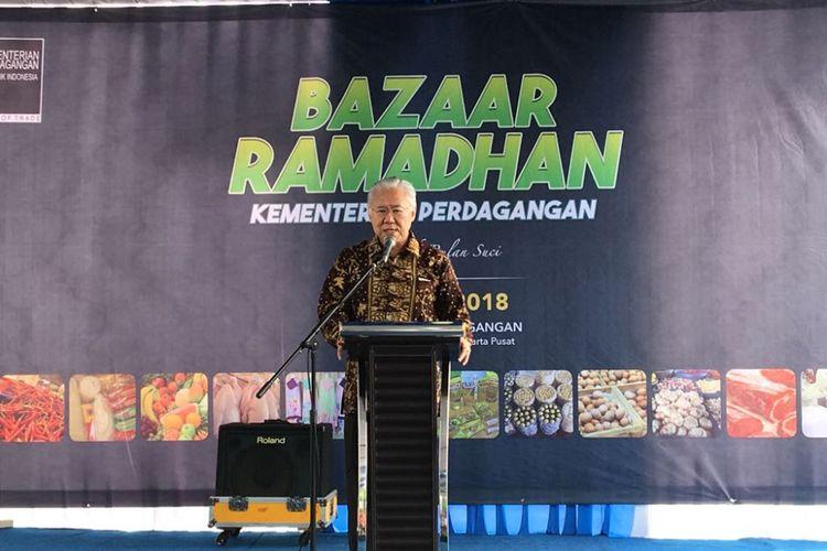 Menteri Perdagangan Enggartiasto Lukita saat membuka bazar di halaman parkir Kementerian Perdagangan, Jakarta Pusat, Senin (4/6/2018). Kemendag menggelar bazar yang menjual berbagai paket sembako murah mulai dari Rp 20.000.