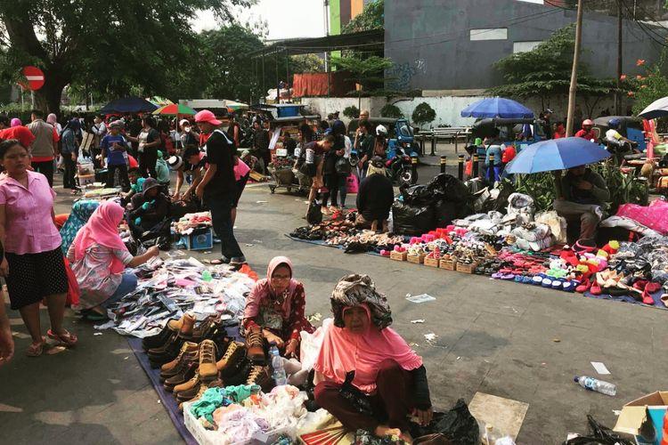 Kondisi Pasar Tanah Abang Kian Semrawut. Para pedagang kaki lima mengokupasi hampir seluruh trotoar di Tanah Abang. Tidak ada penindakan dari petugas Satpol PP DKI Jakarta, Rabu (6/6/2018).