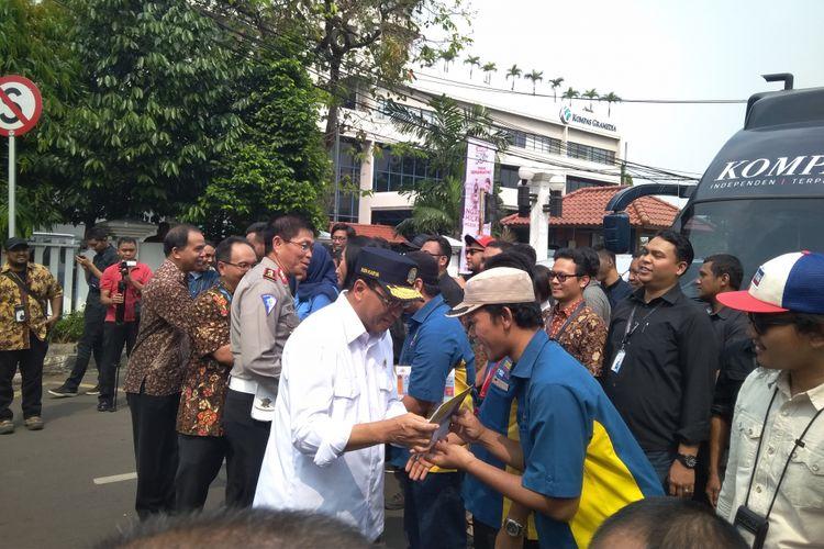 Menteri Perhubungan Budi Karya Sumadi dan Kepala Korps Lalu Lintas Polri Royke Lumowa ketika melepas jurnalis peliput Mudik Gesit Kompas Gramedia Grup di Menara Kompas, Jumat (8/6/2018).