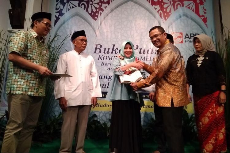Managing Director APP Sinar Mas Salih Husin ketika menyerahkan wakaf Quran kepada warga Grogol Utara dan Gelora di Bentara Budaya Jakarta, Jumat (8/6/2018).