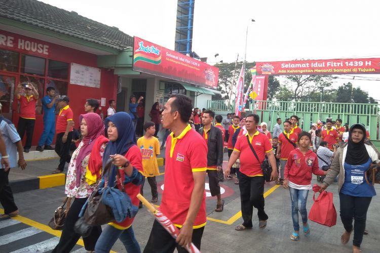 Para pengusaha Warung Indomie saat pelepasan mudik di Pabrik Indofood Tangerang, Senin (11/6/2018).