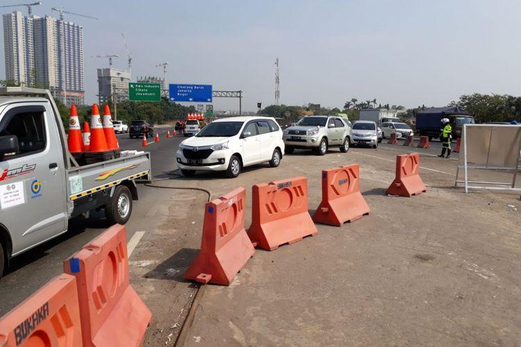 Pemberlakukan contraflow di KM 35+600 di Tol Jakarta-Cikampek, Senin (11/6/2018).