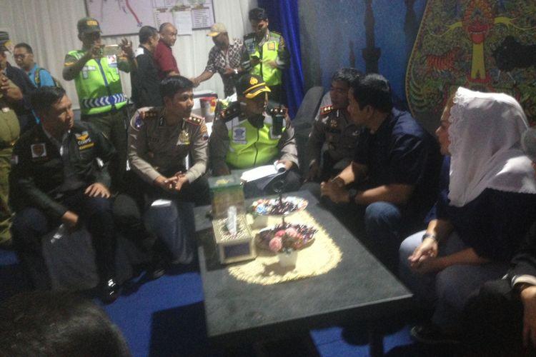 Wali Kota Semarang Hendrar Prihadi saat berkunjung ke posko mudik terpadu di Krapyak, Semarang, Selasa (12/6/2018) malam