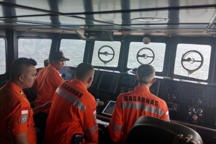 Tim Basarnas Makassar menyisir perairan Makassar melakukan pencarian terhadap korban KM Arista yang karam.