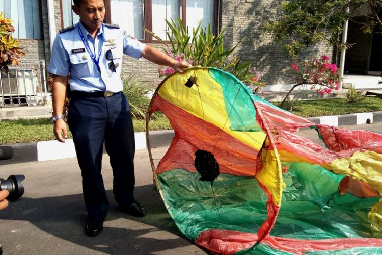 Salah satu balon udara yang berhasil diamankan oleh TNI AU di daerah Patuk, Gunungkidul