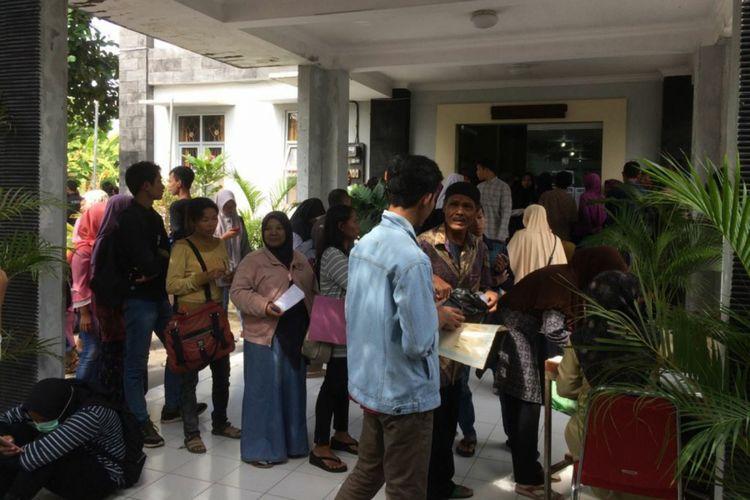 Ribuan warga mengurus surat keterangan tidak mampu (SKTM) di Kantor Dinas Sosial Pemberdayaan Perempuan dan Perlindungan Anak (P3A) Bantul.