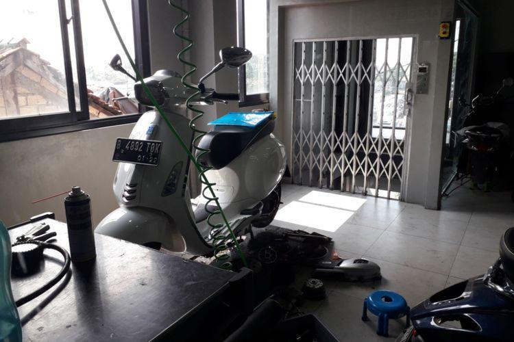 Salah satu Vespa yang sedang diservis di bengkel resmi Vespa di Jalan Margonda, Depok, Jumat (29/6/2018).