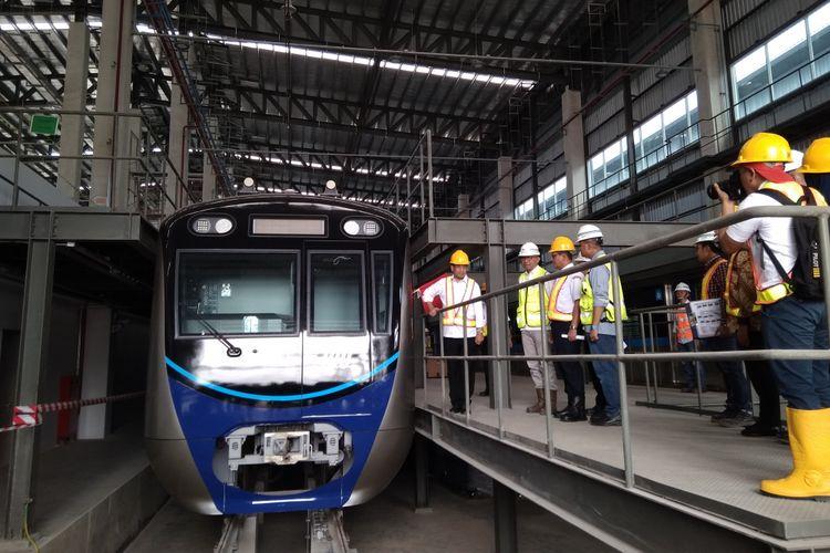 Menteri Perhubungan Budi Karya Sumadi saat meninjau Depo MRT Lebak Bulus di Jakarta, Minggu (1/7/2018).
