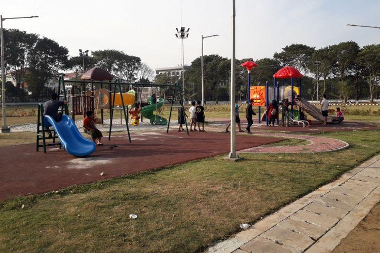 Arena bermain anak di salah satu sudut Lapangan Banteng tengah dimanfaatkan belasan anak kecil, Sabtu (7/7/2018).