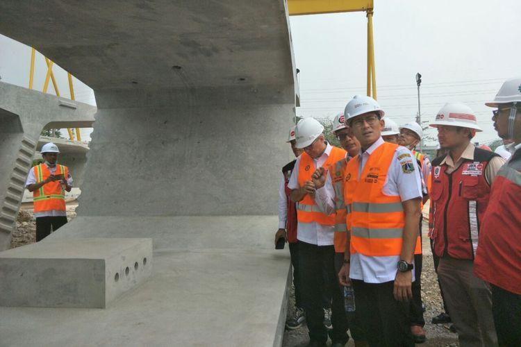 Wakil Gubernur DKI Jakarta Sandiaga Uno meninjau proyek tol dalam kota Semanan-Grogol-Pulogebang, Rabu (11/7/2018).