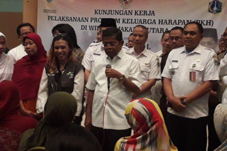 Menteri Sosial Idrus Marham saat menemui warga korban penyelewengan dana Program Keluarga Harapan (PKH) di GOR Sunter, Jakarta Utara, Rabu (11/7/2018).