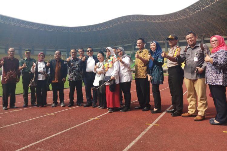 5 anggota Komisi X DPR RI foto bersama PJ Walikota Bekasi Ruddy Gandakusumah di Stadion Patriot Candrabhaga, Kota Bekasi, Kamis (12/07/2018).