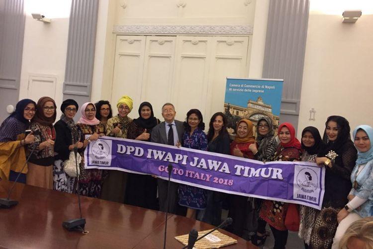 Delegasi IWAPI Jawa Timur berpose dengan Dubes RI untuk Italia, Esti Andayani.