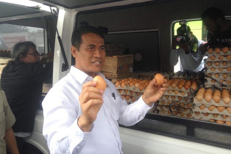 Menteri Pertanian Andi Amran Sulaiman saat menggelar operasi pasar di Jakarta, Kamis (19/7/2018).