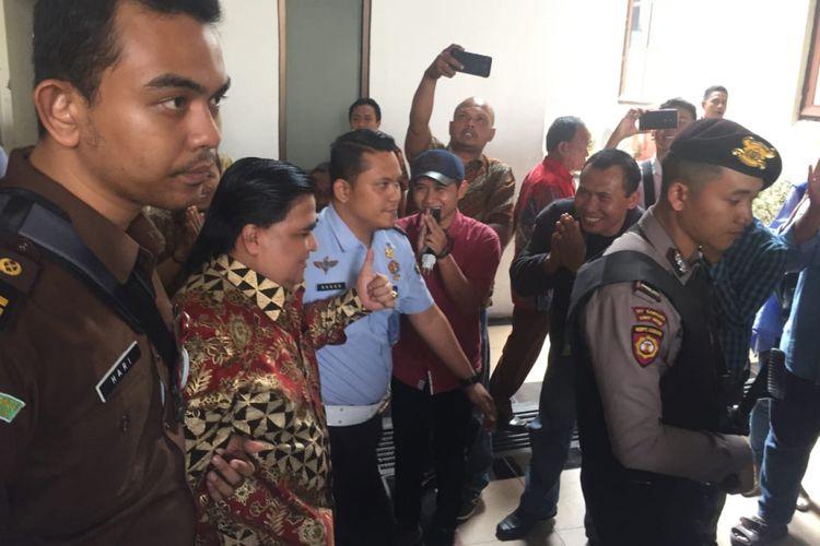 Terdakwa Dimas Kanjeng dikawal menuju ruang sidang Pengadilan Negeri Surabaya, Rabu (12/9/2018).