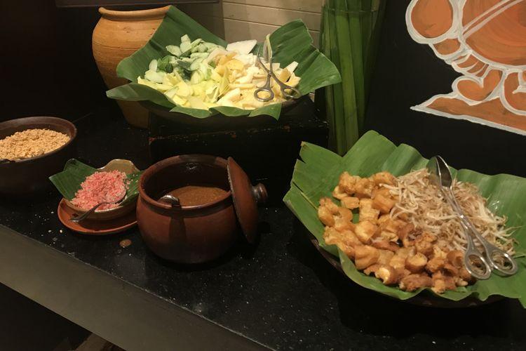 Bahan-bahan pilihan untuk meracik Rojak Singapura, seperti buah-buahan, tauge, cakwe, bumbu kacang, tambahan kacang dan kecombrang.
