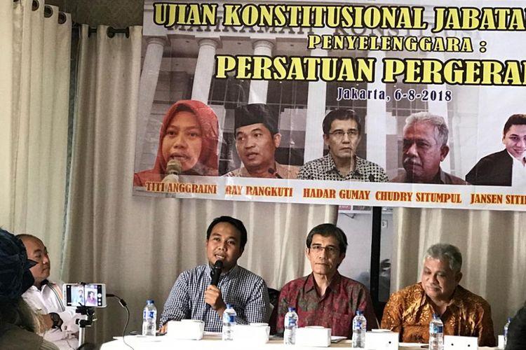 Peneliti Perkumpulan untuk Pemilu dan Demokrasi (Perludem) Fadli Ramadhanil (paling kiri) dalam acara diskusi yang bertajuk Ujian Konstitusional Jabatan Wapres di Restoran Raden Bahari, Jakarta Selatan, Senin (6/8/2018).
