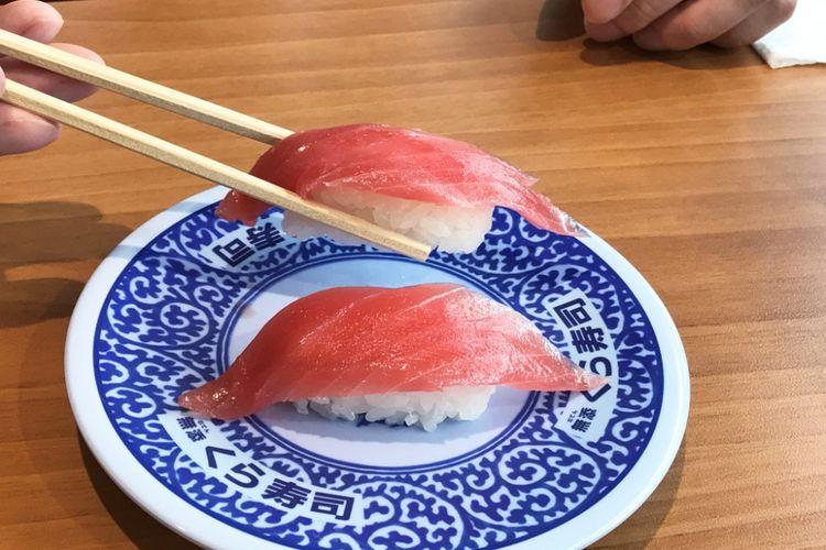 Tidak masalah jika Anda mengambil sushi untuk dimakan dengan sumpit.