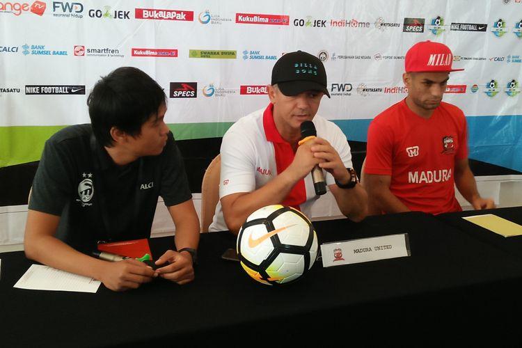 Tim Madura United memberikan keterangan pers