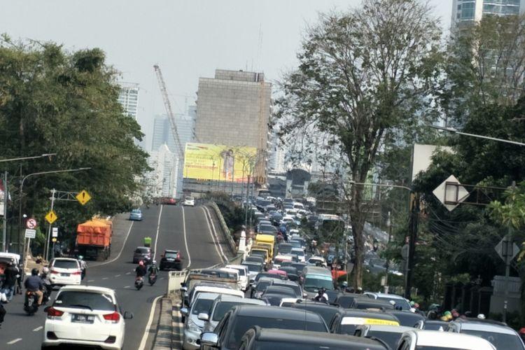 Padatnya Jalan HOS Cokroaminoto saat pendaftaran Pilpres Prabowo Subianto-Sandiaga Uno, Jumat (10/8/2018)