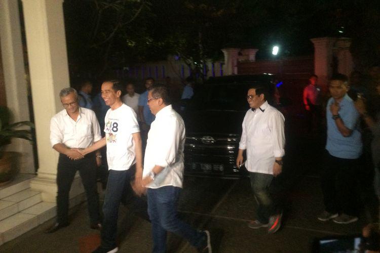 Usai menjalani tes kesehatan, bakal calon presiden Joko Widodo hadir dalam rapat koordinasi bersama sembilan sekretaris jenderal partai koalisi di Posko Cemara 19, Menteng, Jakarta Pusat, Minggu (12/8/2018) malam.